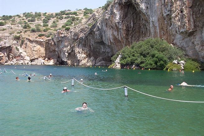 В озере Вулиагмени температура воды круглый год — 24 градуса