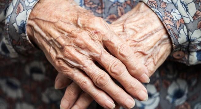90-летнюю старушку арестовали в Греции за то, что продавала тапочки, чтобы выжить