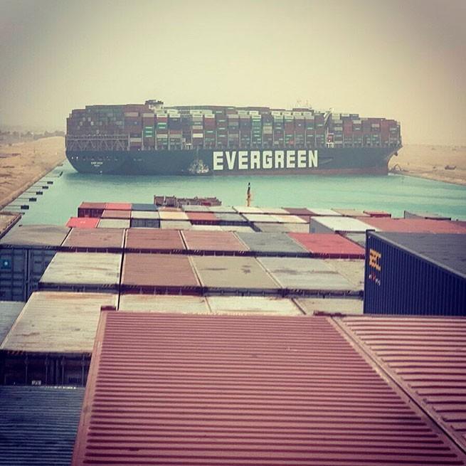 Китайский контейнеровоз перекрыл движение в Суэцком канале