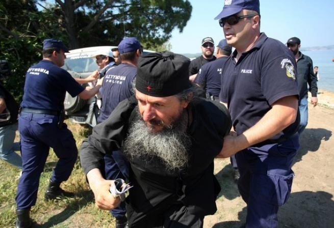 На фото попытка полиции выселить из монастыря Эсфигмена монахов, противостоящих Константинопольскому Патриарху Варфоломею