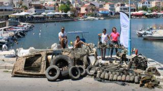 Со дна подняли 2 тонны мусора: пластик, тракторные шины, стулья и… лодку