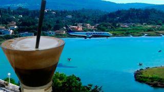 Корфу: утреннее кофе с видом на приземление самолетов