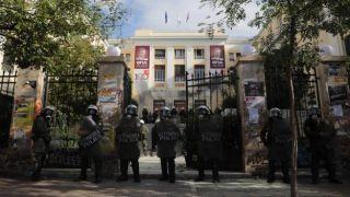 """""""Битва"""" за университет экономики: раненые среди полицейских и студентов"""