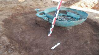 Греческие археологи нашли уникальный клад пропущенный грабителями