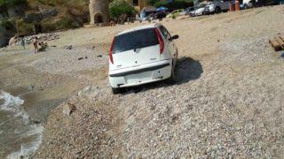 Эллинарас: Автомобиль на пляже
