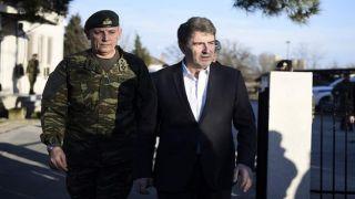 Министр по защите граждан наблюдает за усилиями по укреплению границы с Турцией