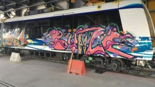 Новенькие вагоны салоникского метро... обезобразили граффити!
