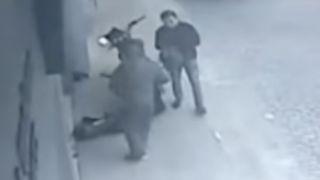 Преступники в масках и с автоматом Калашникова ограбили рынок в Афинах (видео)