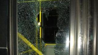 Забросали камнями городской автобус