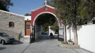 Кто эти ряженные  в рясах? Настоятельница греческого монастыря не пустила священников ПЦУ.