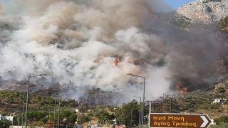 Пожар на окраине Лутраки угрожает монастырям(дополнено)
