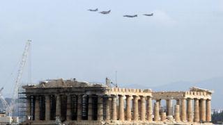 Боевые самолеты в небе Афин