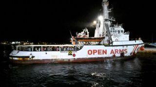 Жители Лесбоса не пускают судно спасавшее мигрантов бросая в него камни(видео)