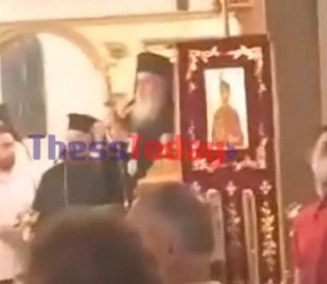 Антивакцеры освистали священников в церквях Греции (видео)