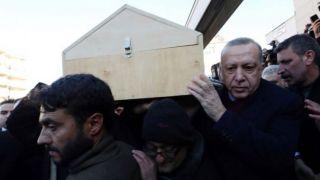 Эрдоган на похоронах матери и сына, погибших во время землетрясения