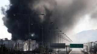 Пожар на фабрике пластмассовых изделий: шоссе Афины - Ламия перекрыто