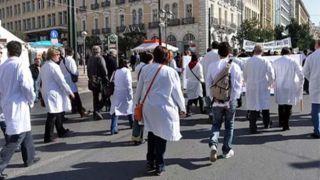 За 10 последних лет 12 408 греческих врачей уехали из страны