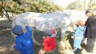 Скандал: детвора разрисовала белого коня... акварелью