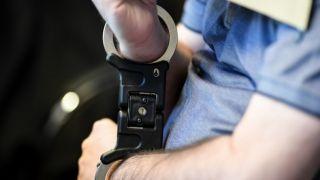 Полицейский которого связали и избили пакистанцы, в Афинах, арестован