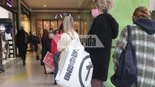Толчея в магазинах: огромные очереди в торговом центре Athens Metro Mall