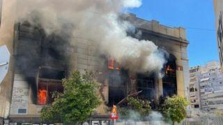 Пожар в заброшенном здании в Пирее создал огромную пробку на дороге
