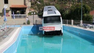 Автобус въехал в бассейн отеля в Кефалонии - Видео