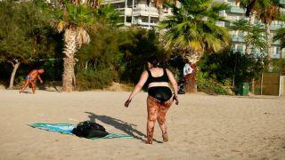 Шокирующее фото: купальщица в Палео Фалиро покрыта нефтью