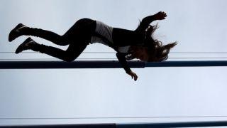 Шок: Мать выбросила дочь с балкона, а затем спрыгнула сама
