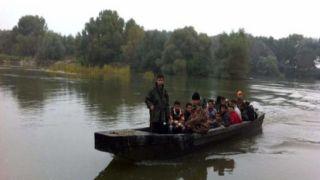 Тысячи мигрантов пересекают границу Греции по реке Эврос