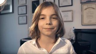 7-летний греческий пианист сочинил «Вальс изоляции». Видео