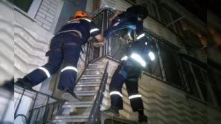 Отец грозился выбросить ребенка с балкона