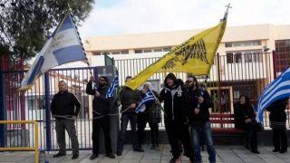 Ультраправые закрыли школу на замок: протест на обучение детей беженцев