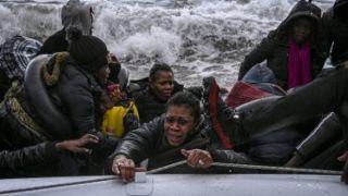 Спасательная операция для 55 мигрантов, попавших в шторм у  Месинии