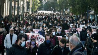 Митинг протеста в центре Афин: столпотворение без соблюдения санитарного протокола