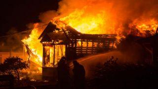 Парни спасли двух старушек, вытащив их из огня