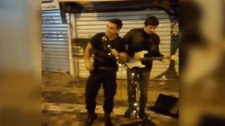 Полицейский-вокалист на Монастираки