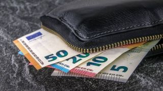Салоники: Нашел кошелек в такси в 5.200 евро и вернул его хозяйке