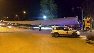 Специальный грузовик длиною 74 метра был замечен на дорогах Греции