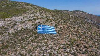 На горе Иммитос развернули огромный флаг Греции