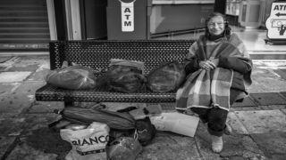 Где «сидят дома» бездомные Афин?
