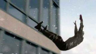Женщина столкнувшая своего парня с балкона, освобождена