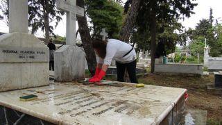 Субботник на мемориальном кладбище в Пирее