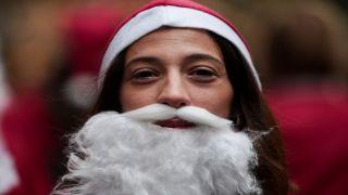 Забег Дедов Морозов в центре Афин