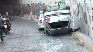 Автомобиль упал с моста на проспекте Амфитеас и перевернулся
