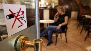 Опросы:  греки стали курить меньше