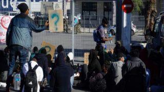 Митилини: мигранты заблокировали причал, не давая туристам вернуться в Пирей