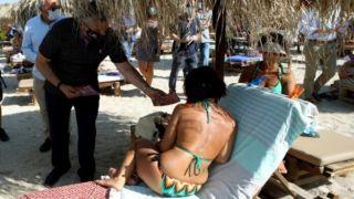 Брошюры о Covid-19 розданы отдыхающим на пляже Алимос лично губернатором Аттики