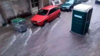 Ливень в Пирее унес... туалет