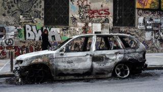 «Группа сумасшедших нигилистов» стоит за сожженными автомобилями в Афинах