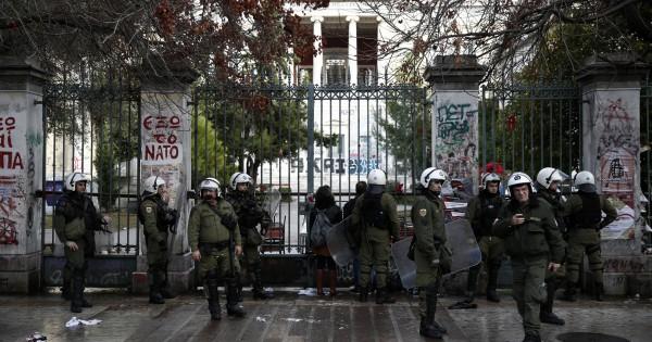 Беспорядки вцентре Афин продолжаются уже несколько часов
